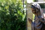 Si reca al cimitero per pregare, ma rimane chiusa dentro