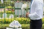 Lo dichiarano morto, ma lui si presenta il giorno del suo funerale