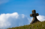 Si reca al cimitero e trova la tomba della madre sprofondata nel terreno