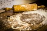 Cucina dei biscotti con le ceneri del nonno e li fa assaggiare ai compagni