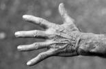79enne tedesca violentata in un cimitero: arrestato l'aggressore