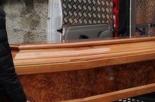 Trovano una bara sotto il letto del defunto: lo scoprono solo dopo il funerale